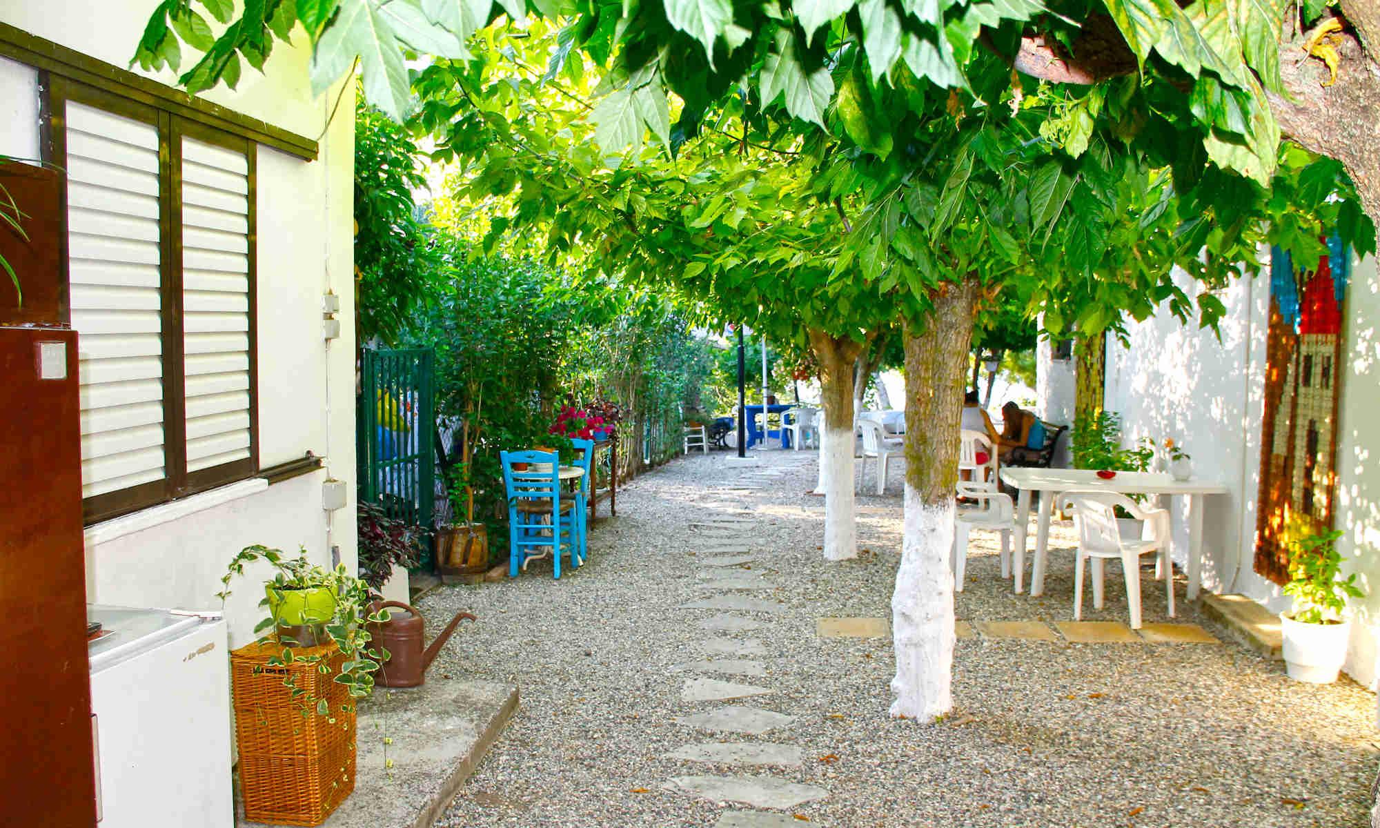 Ο κήπος των ενοικιαζομένων δωματίων - studios Άνοιξη: διαμπερής μέχρι το απέραντο γαλάζιο του Ιονίου Πελάγους! Κατεβαίνοντας 10 σκαλάκια είστε στην θάλασσα