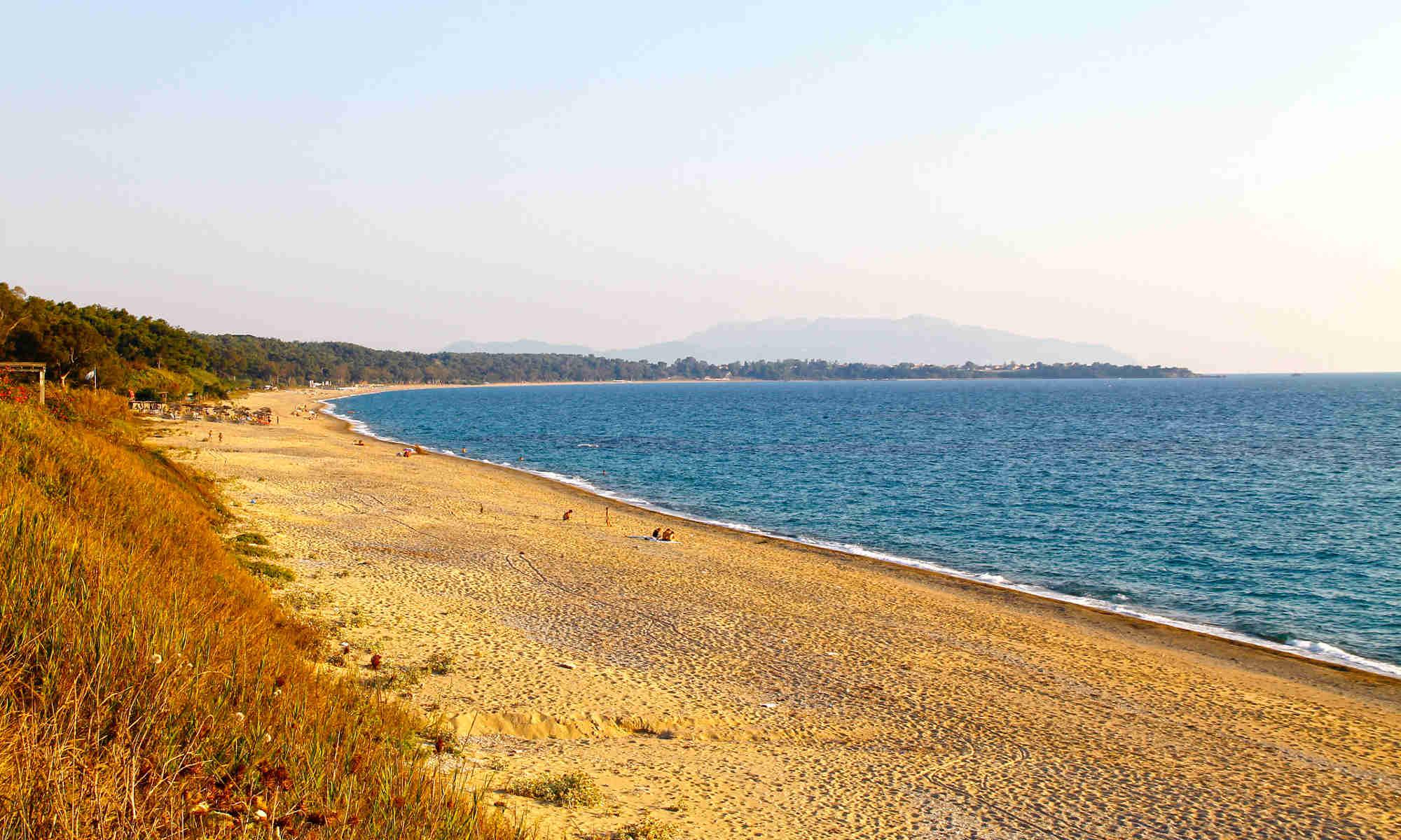 Παραλία Μονολίθι, αριστερά το δάσος, στο βάθος ο Μύτικας - http://anixipreveza.gr